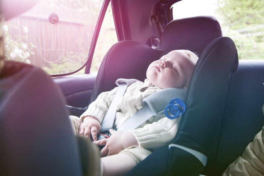 مخاطر ترك الأطفال بمفردهم في السيارة