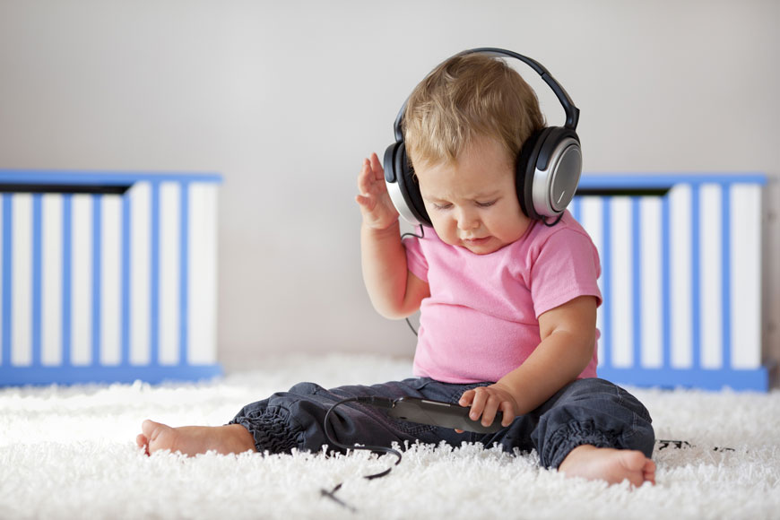 كيف تعرفين إن كان طفلك يعاني من مشاكل في السمع؟