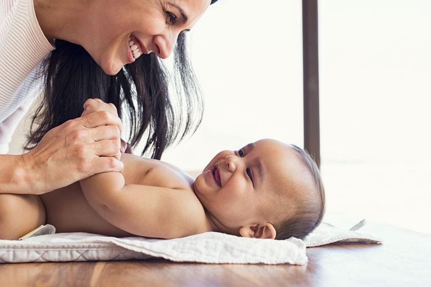متى يبدأ الطفل بالتعرف على أمه