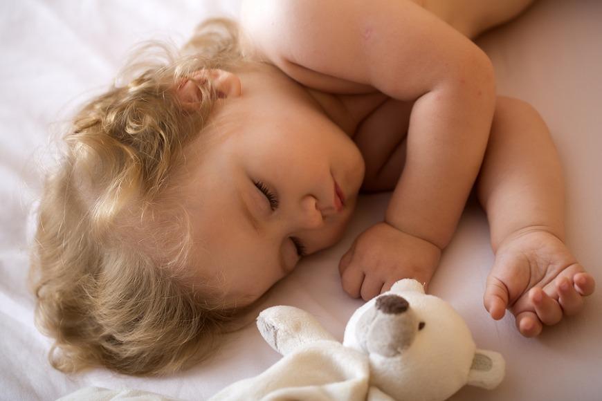 نوم الطفل مع محبوبهم