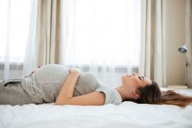 لماذا ينصح بعدم النوم على الظهر أثناء الحمل؟