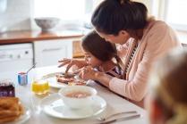 6 أطعمة غير صحية احذري من تقديمها لأطفالك
