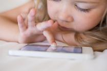 ما تأثير شاشات الأجهزة الالكترونية على نظر الأطفال؟