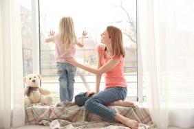 سلامة طفلك بالقرب من الشرفات والنوافذ