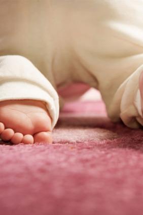 فوائد زحف الأطفال على السجاد المنزلي