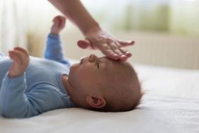 أسباب ارتفاع درجة حرارة الطفل، ومتى تصبح مقلقة؟