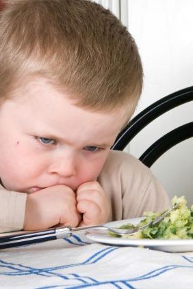 كيف تتعاملين مع الأطفال الذين يرفضون تناول كافة أصناف الطعام؟