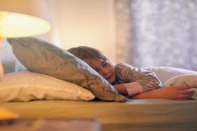 كيف تتصرفي إن كان طفلك يمشي أثناء نومه؟
