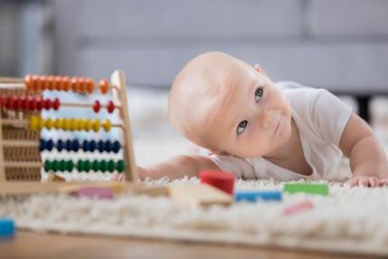 متى يبدأ الأطفال بالزحف؟