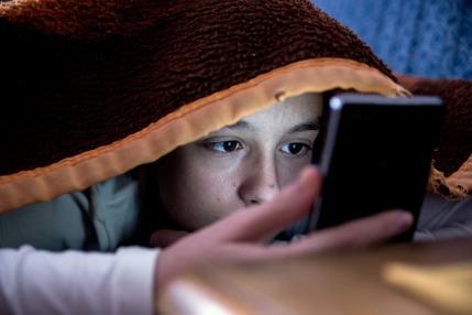 كيف تؤذي الشاشات الالكترونية نظر الاطفال؟