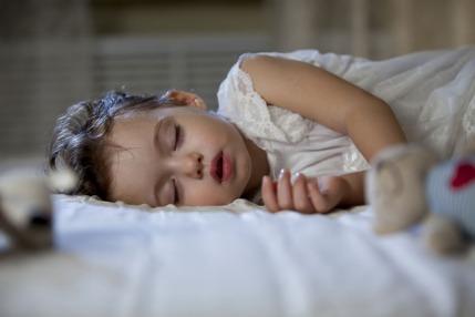 كيف أجعل طفلي ينام خلال الليل؟